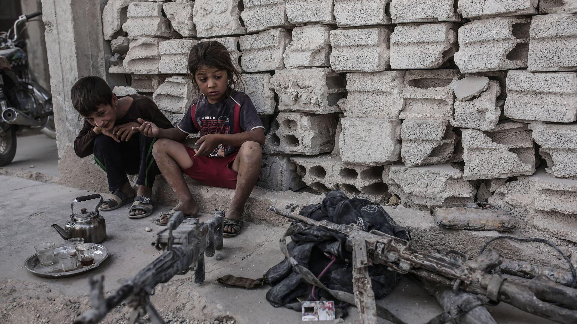 Дети смотрят на оружие, оставленное боевиками ИГ (запрещена в РФ) в Кобани, Сирия. 2015 год.  - РИА Новости, 1920, 12.02.2019