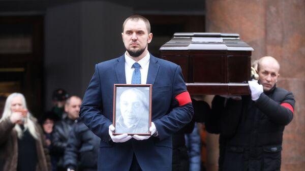 Вынос гроба с телом актера Сергея Юрского после церемонии прощания в театре имени Моссовета