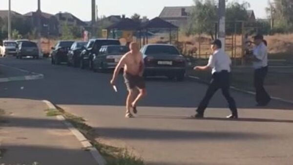 Скриншот видеозаписи задержания мужчины с ножом в Астрахани