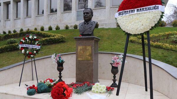 Бюст Андрея Карлова на территории посольства РФ в Анкаре