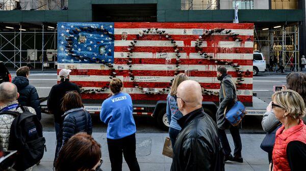Скульптурная композиция Сделаем Америку сильнее вместе в Нью-Йорке