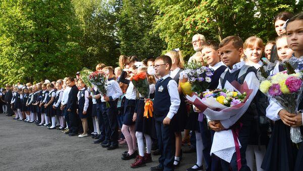 Ученики во время торжественной линейки, посвященной Дню знаний