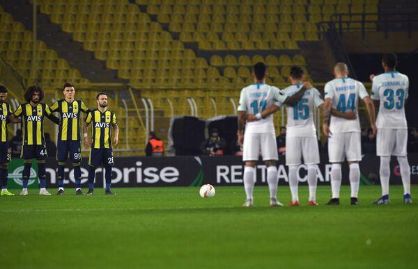 Игроки Фенербахче и Зенита перед началом матча 1/16 финала Лиги Европы