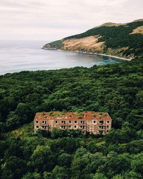 Заброшенный многоквартирный дом на о. Аскольд. Приморский край. Россия