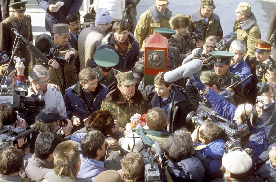 Герой Советского Союза, генерал-лейтенант Борис Громов после вывода советских частей и соединений из Афганистана, выполненного в соответствии с женевскими соглашениями, отвечает на вопросы журналистов в узбекском городе Термезе