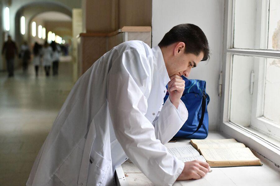 Студент в коридоре медицинской академии