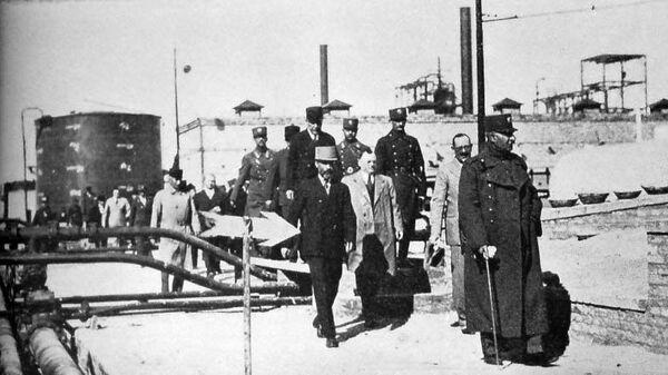 Реза Пехлеви осматривает нефтяной комплекс в Абадане. 1931 год