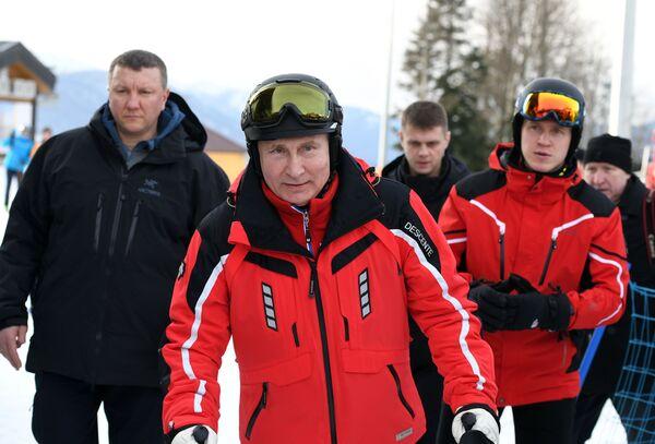 Президент РФ Владимир Путин во время катания на лыжах. 13 февраля 2019