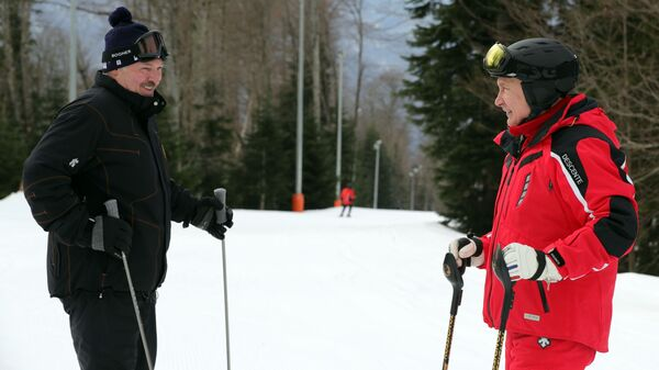 Президент РФ Владимир Путин и президент Белоруссии Александр Лукашенко во время катания на лыжах. 13 февраля 2019
