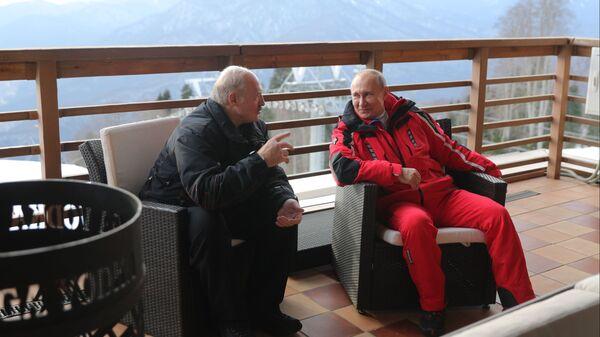 Президент РФ Владимир Путин и президент Белоруссии Александр Лукашенко общаются после катания на лыжах в Сочи