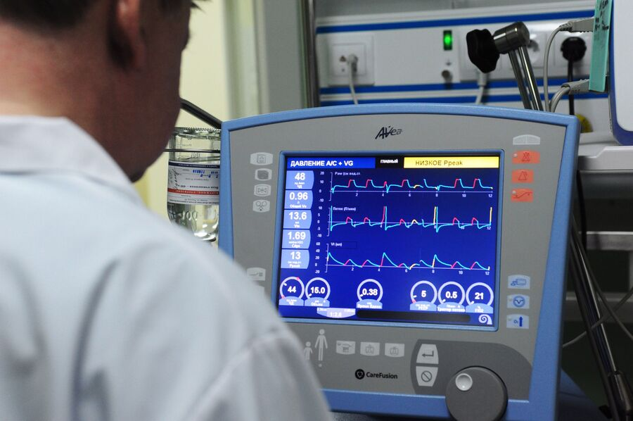 Врач корректирует параметры искусственной вентиляции легких