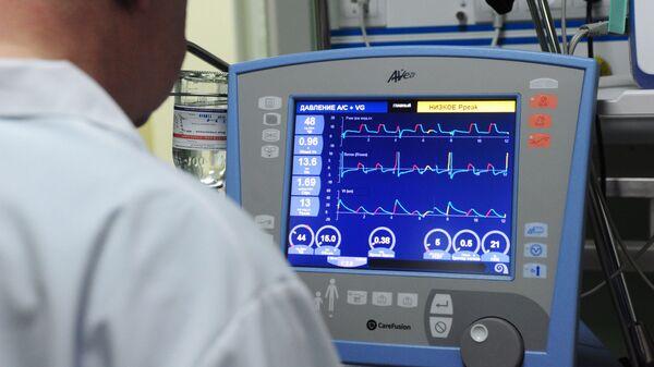 Врач корректирует параметры искусственной вентиляции легких на аппарате в отделении реанимации и интенсивной терапии новорожденных