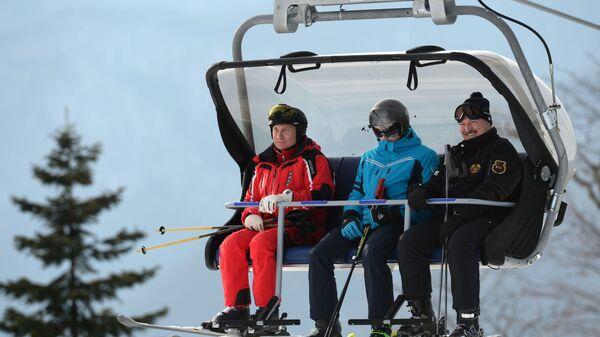 Президент РФ Владимир Путин и президент Белоруссии Александр Лукашенко с сыном Николаем во время катания на лыжах в Сочи