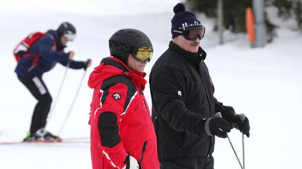 Президент РФ Владимир Путин и президент Белоруссии Александр Лукашенко во время катания на лыжах в Сочи
