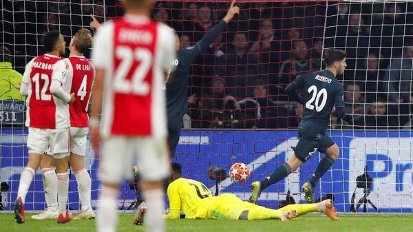 Полузащитник Реала Марко Асенсио забивает мяч в ворота Аякса