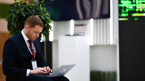 Участник Российского инвестиционного форума в Сочи у стенда Сбербанка