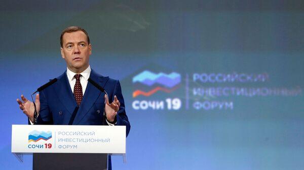 Председатель правительства РФ Дмитрий Медведев выступает на пленарном заседании Факторы успеха: идеи, кадры, компетенции Российского инвестиционного форума Сочи-2019. 14 февраля 2019