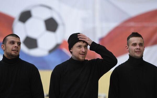 Павел Мамаев (в центре)
