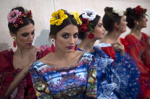 Модели за кулисами международного показа моды фламенко в Севилье