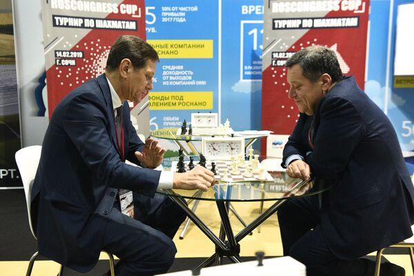 Первый заместитель председателя Государственной Думы РФ Александр Жуков (слева) и председатель комитета Государственной Думы РФ по бюджету и налогам Андрей Макаров во время турнира по шахматам Roscongress cup