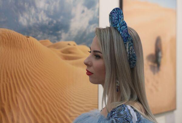 Девушка на общероссийском фестивале природы Первозданная Россия в Центральном доме художника в Москве