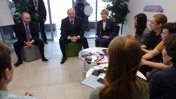 Президент РФ Владимир Путин и президент Белоруссии Александр Лукашенко во время посещения образовательного центра Сириус в Сочи. 15 февраля 2019