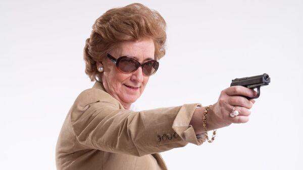 Пожилая женщина с пистолетом