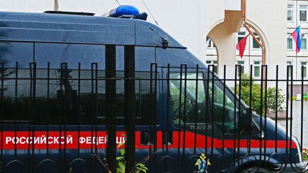 Автомобиль Следственного комитета РФ у здания школы №1 в Ивантеевке Московской области, где подросток открыл стрельбу