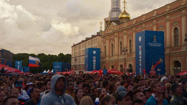 Болельщики во время просмотра матча между сборными России и Египта в фан-зоне Санкт-Петербурга