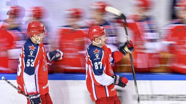 Хоккеисты ЦСКА Алексей Марченко (слева) и Андрей Светлаков радуются заброшенной шайб
