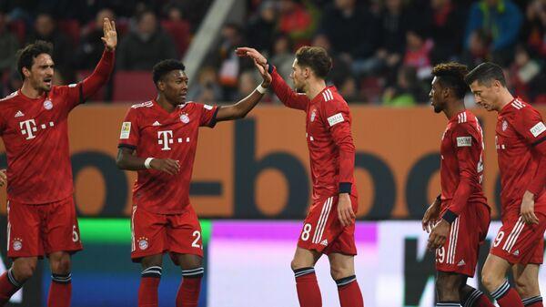 Футболисты Баварии радуются забитому мячу