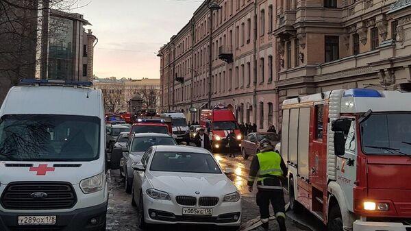 Службы безопасности на месте обрушения перекрытий с пятого по второй этажи в пятиэтажном здании в Санкт-Петербурге. 16 февраля 2019