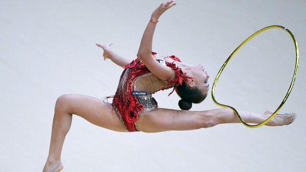 Дина Аверина победила в упражнениях с обручем и булавами на этапе КМ в Баку