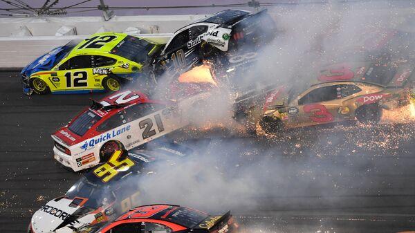 """""""Автомобильный ад"""" в NASCAR попал на видео"""