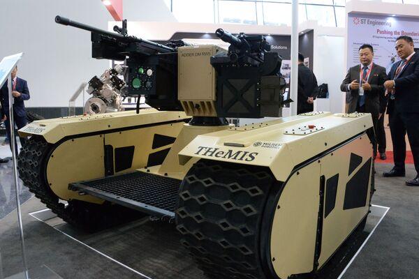 Беспилотная гусеничная модульная платформа THeMis c дистанционной оружейной станцией DM 40/50 на международной выставке вооружений IDEX-2019 в Абу-Даби