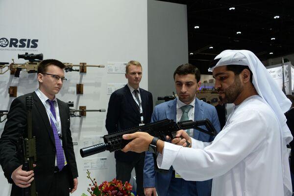 Посетитель осматривает малогабаритный автомат Р-18 российской оружейной компании Орсис (Orsis) на международной выставке вооружений IDEX-2019 в Абу-Даби