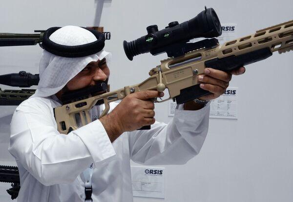 Посетитель осматривает снайперскую винтовку T-5000 российской оружейной компании Орсис (Orsis) на международной выставке вооружений IDEX-2019 в Абу-Даби