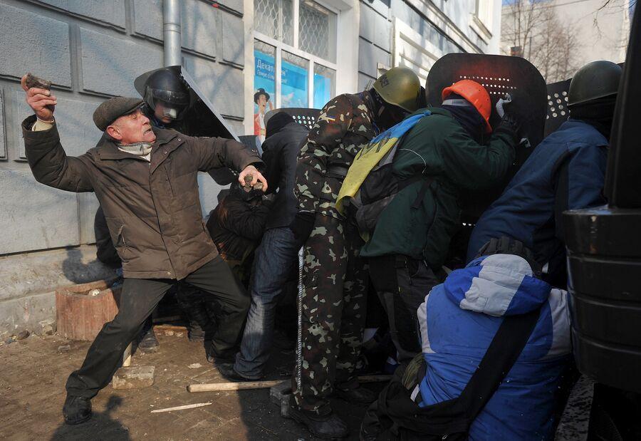 Сторонники оппозиции во время столкновений с сотрудниками милиции в центре Киева