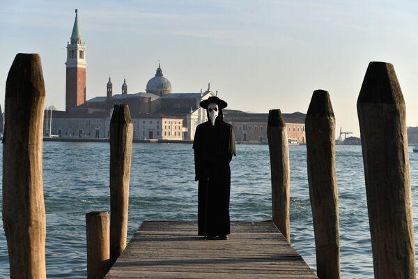 Человек в карнавальном костюме в день открытия Венецианского карнавала