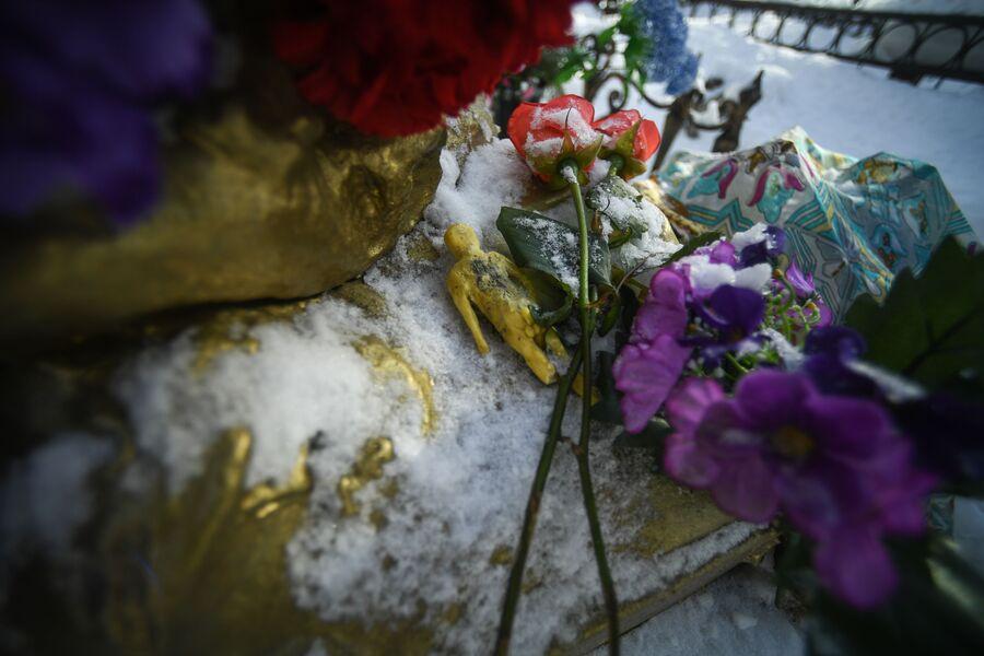 Цветы у памятника Соньке Золотой Ручке (Софье Блювштейн)