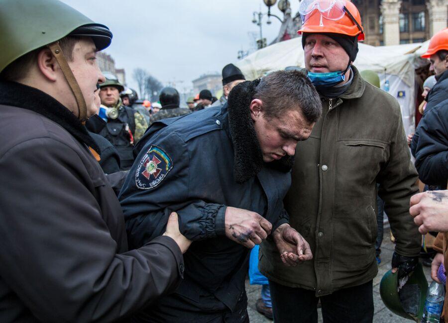 Сторонники оппозиции ведут сотрудника внутренних войск на площади Независимости в Киеве