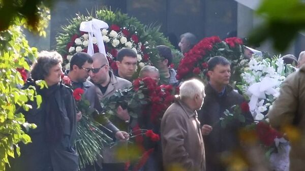 Гроб с телом Вячеслава Иванькова (Япончика) несут к месту захоронения на Ваганьковском кладбище в Москве