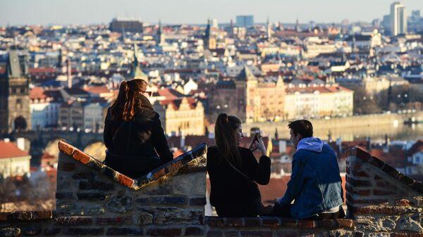 Молодые люди любуются видом Праги