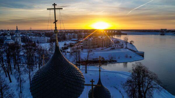 Купола Спасо-Преображенского собора в Угличе. На дальнем плане - Угличская гидроэлектростанция (ГЭС)