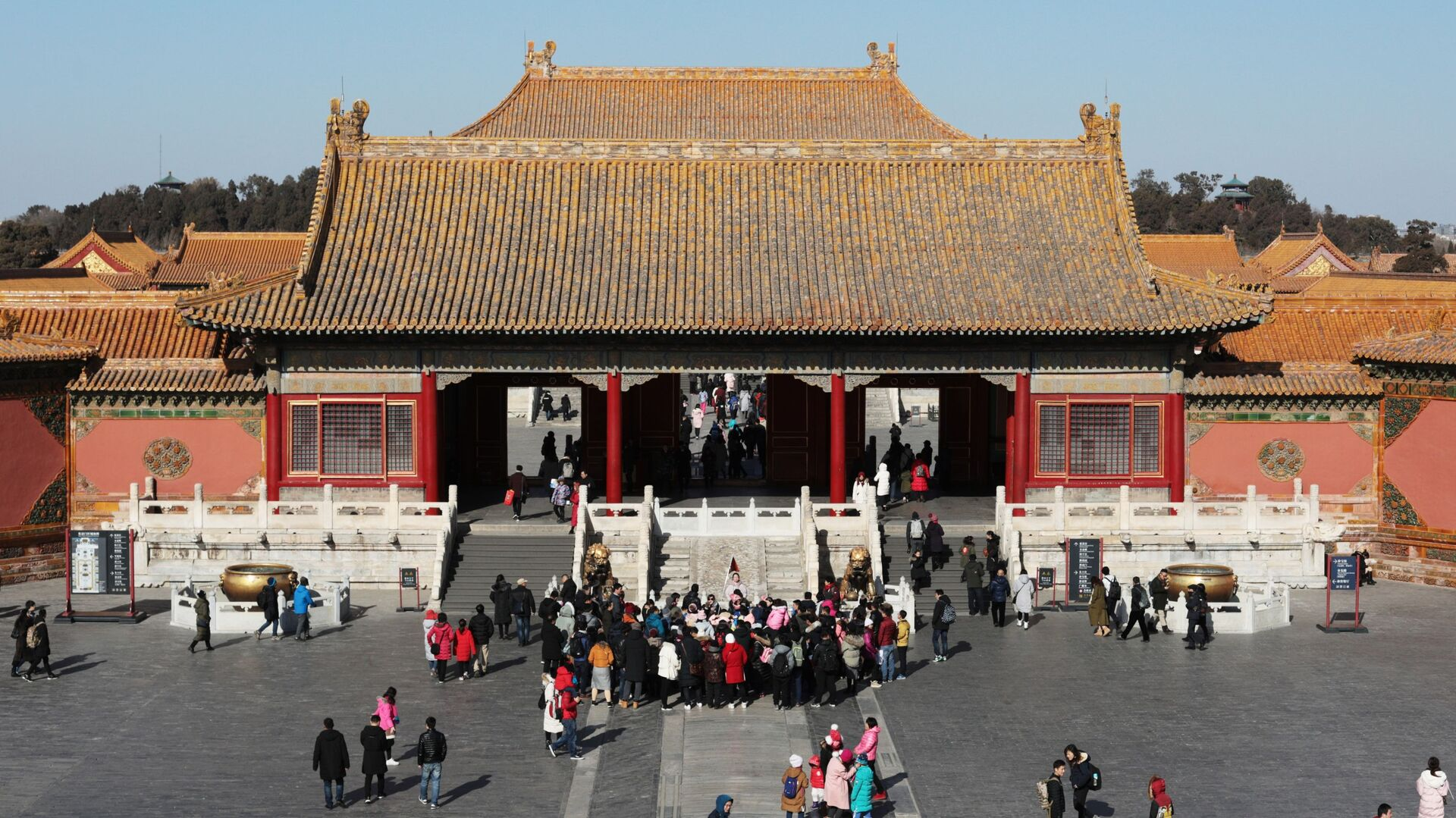 Посетители у Дворца земного спокойствия в Запретном городе в центре Пекина - РИА Новости, 1920, 03.05.2021