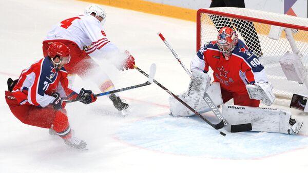 Хоккеисты ЦСКА Константин Окулов, Йокерита Макс Вярн и ЦСКА Илья Сорокин (слева направо)