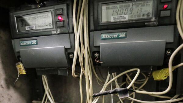 Электронный многотарифный электросчетчик Меркурий 200 в электрическом шкафу многоквартирного дома в Москве
