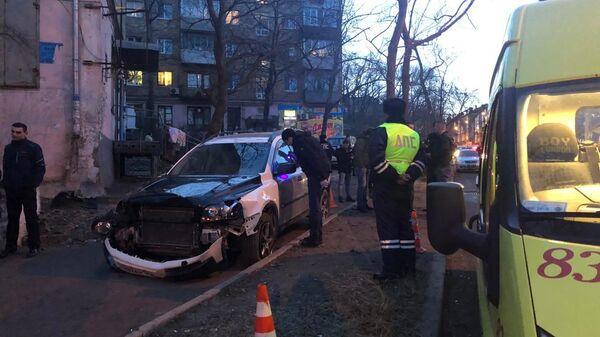 Наезд автомобиля Вольво на пешеходов в районе дома 12 по улице 40 лет ВЛКСМ во Владивостоке. 18 февраля 2019