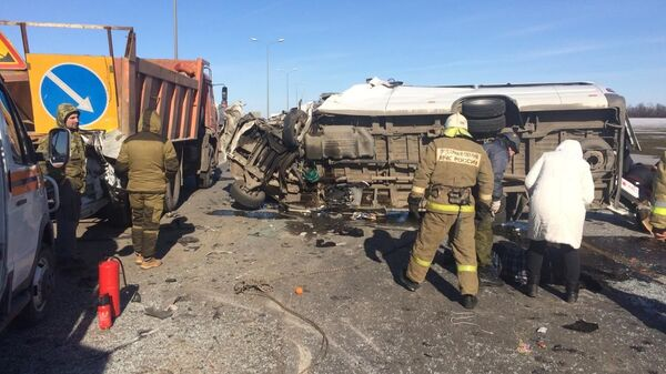 Сотрудники МЧС РФ на месте дорожно-транспортного происшествия на федеральной трассе М-4 Дон в Ростовской области