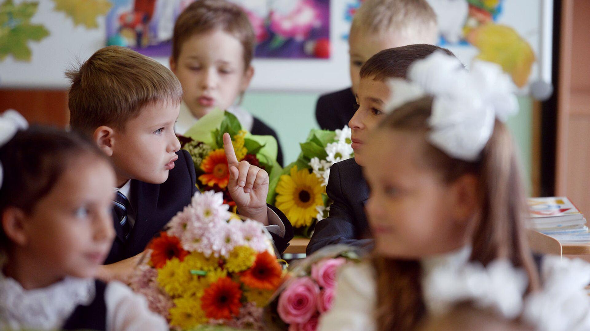 Ученики на уроке в День знаний - РИА Новости, 1920, 02.07.2021